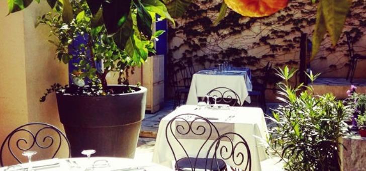 terasse-du-restaurant-jardins-de-orangeraie-charme-d-un-restaurant-provence