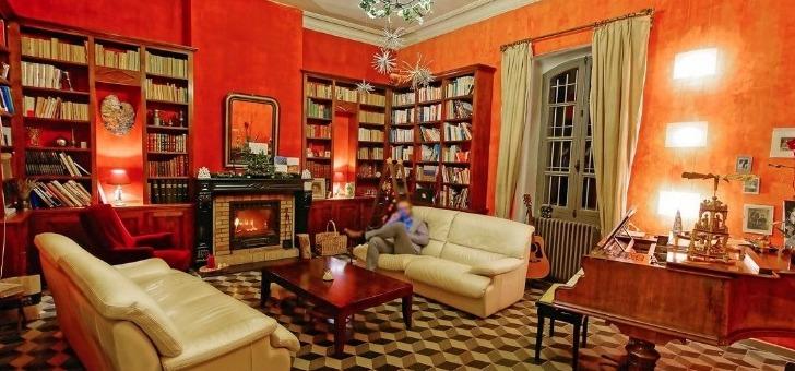 vaste-salon-aux-teintes-chaleureuses-offre-un-espace-ideal-pour-detente