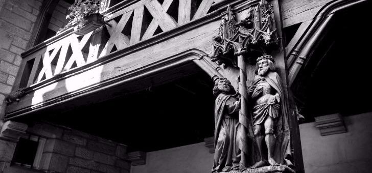 reliefs-dans-notre-cour-gothique-du-xve-siecle