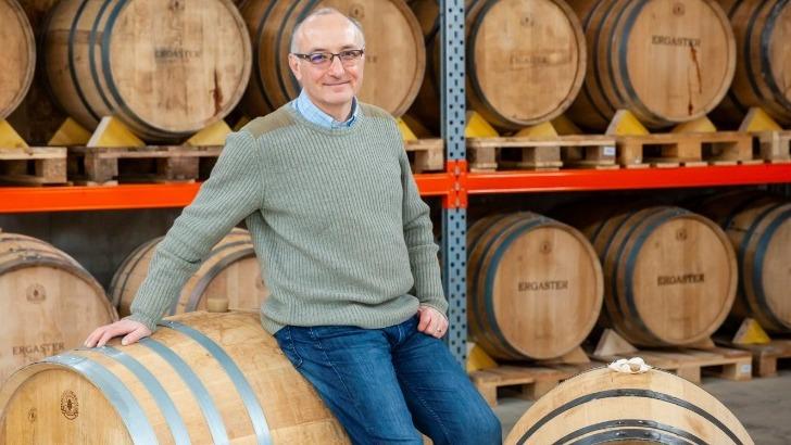 fondateur-passionne-dans-son-chai-a-whisky-francais-artisanal-biologique-ergaster