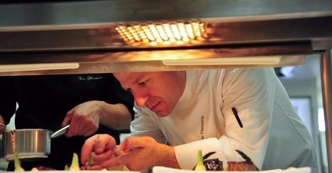 Le chef Marc de Passorio à Aix-en-Provence aux fourneaux du Restaurant L'esprit de La Violette