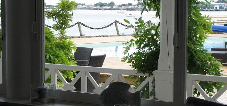 vue-panoramique-sur-mer-au-restaurant-maison-sur-eau-situe-a-barbatre-sur-ile-de-noirmoutier