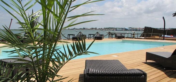 detente-et-relaxation-a-piscine-du-restaurant-maison-sur-eau-a-barbatre-sur-ile-de-noirmoutier