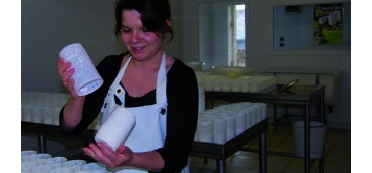 fabrique-exclusivement-avec-du-lait-de-chevre-cru-et-entier-charolais-sera-amoureusement-faconne-par-main-de-homme-a-plusieurs-reprises-moule-a-louche-faisselle-ale-et-retourne-2-fois-par-jour-puis-affine-16-jours-minimum