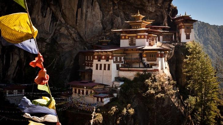 exquisite-bhutan-monastere-de-paro-taktsang-sureleve-a-plus-de-3000-metres-d-altitude