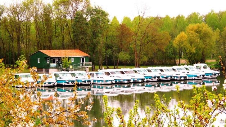 inter-croisieres-propose-des-bateaux-allant-du-plus-simple-au-plus-sophistique-avec-piscine-chauffee-terrasse-salle-de-bain-equipee
