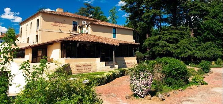 vue-exterieure-du-restaurant-du-chateau-de-tour-a-beguey-arbres-centenaires-ambiance-du-jardin-et-du-parc