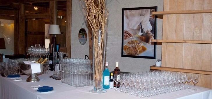 receptions-restaurant-grange-aux-dimes-a-wissous-salle-a-manger-de-180-m2-ses-tables-espacees-12-m-sous-plafond