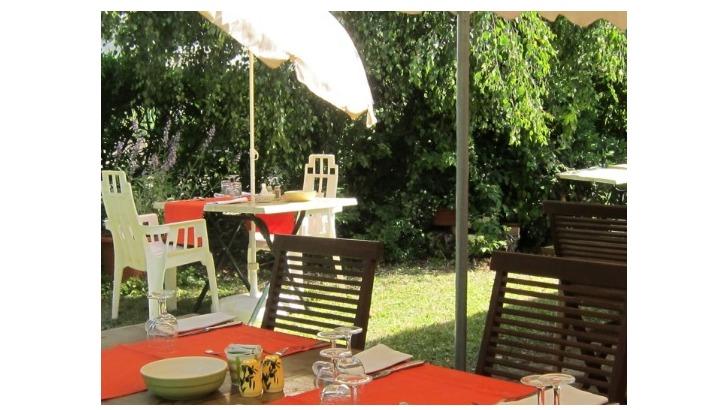 restaurant-etoile-a-montracol-un-jardin-ombrage-pour-mieux-savourer-specialites-bressanes-et-domboises
