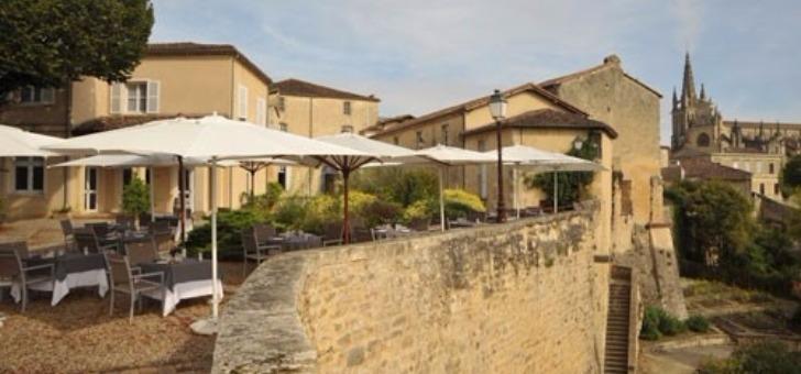 une-belle-terrasse-pleine-nature-dans-un-cadre-authentique-pour-restaurant-remparts-a-bazas