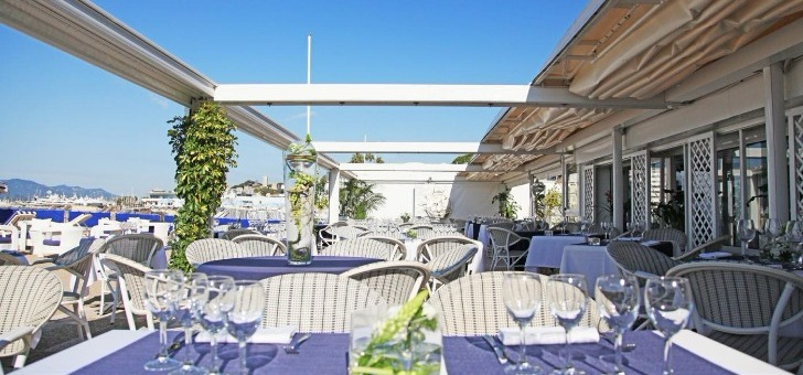 terrasse-du-restaurant-plage-royale-a-cannes-une-terrasse-ombragee-face-a-mer