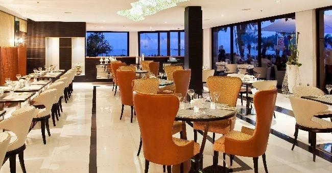 entre-meubles-luxueux-et-tendances-tables-ebene-chandeliers-cristal-signes-swarovski-sol-marbre-finitions-dorees-salle-interieure-du-jw-marriott-affiche-elegance-raffinement-a-francaise
