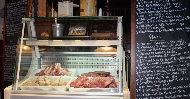 carte-a-ardoise-du-restaurant-estanquet-a-montauban-avec-vitrine-une-presentation-de-salaisons-et-viandes-de-region