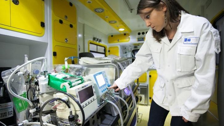 isifc-genie-biomedical-a-besancon-une-future-ingenieure-stage-hospitalier