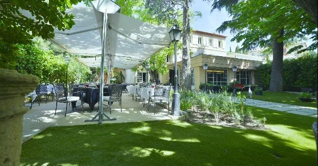 La terrasse et le jardin du restaurant l'Esprit de la Violette à Aix-en-Provence