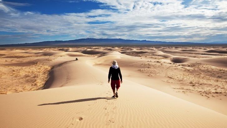 horseback-mongolia-marcher-sur-dunes-de-sable-dans-mini-gobi-parc-national-de-khogno-khan
