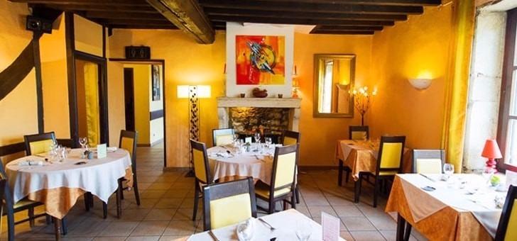 salle-a-manger-conviviale-chaleureuse-restaurant-le-jardin-gourmand-a-amberieux