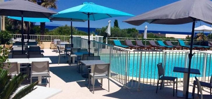restaurant-orizonte-a-cervione-un-dejeuner-au-bord-de-piscine