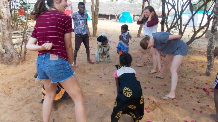 grandir-aventure-jeunes-voyageurs-jouant-avec-des-enfants-d-un-village-a-madagascar