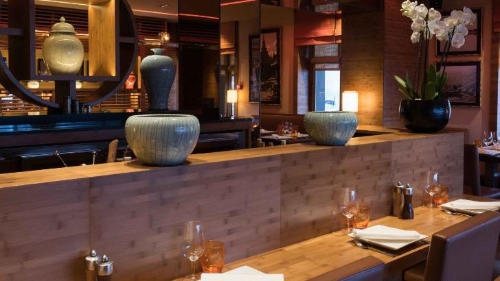restaurant-u-a-paris-cuisine-thailandaise-a-honneur-ici-de-belles-poteries-ceramique-ornent-salle
