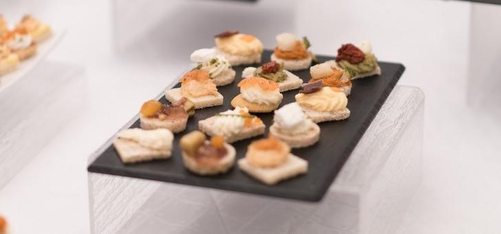 agence-tulipe-notre-service-traiteur-organise-des-buffets-cocktails-aperitif-dejeunatoire-dinatoire-et-propose-des-assortiments-de-pieces-salees-et-sucrees-pour-une-prestation-tout-inclus