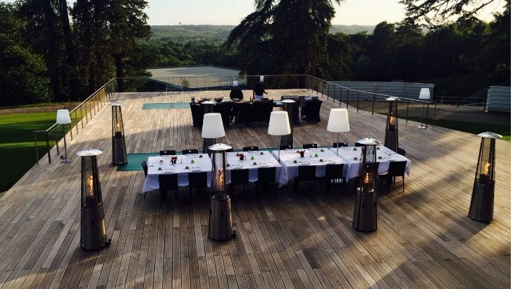 terrasse-de-residence-equipe-de-france-surplombant-vallee-de-chevreuse-lieu-ideal-pour-des-prestations-de-restauration-plein-air