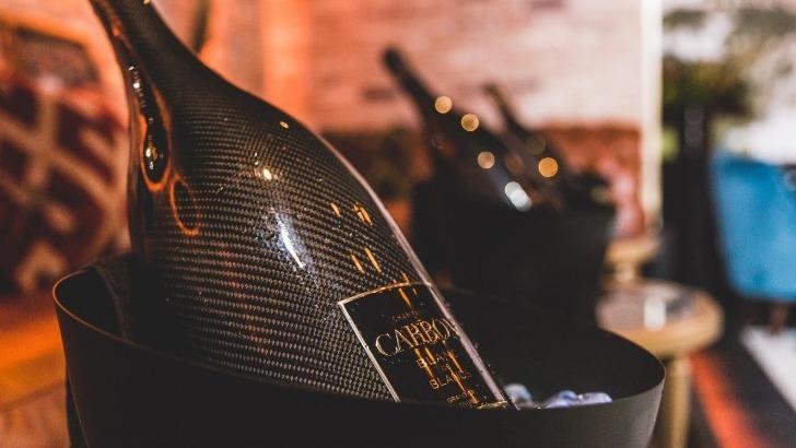 bouteille-de-champagne-carbon-est-recouverte-de-matieres-carboniques-une-exclusivite-dans-monde-du-champagne