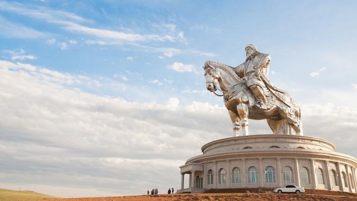 horseback-mongolia-statue-de-genghis-khan-plus-haute-statue-au-monde-d-un-homme-a-cheval-trone-sur-sonjin-boldog-a-55-km-d-oulan-bator