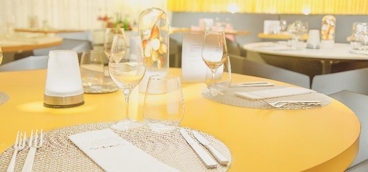 une-touche-jaune-dans-restaurant