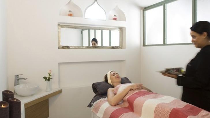 gommage-est-realise-cabine-de-massage-avec-une-creme-exfoliante-a-argan-et-mandarine-ambre-selon-vos-preferences-corps-est-ensuite-hydrate-avec-un-lait-d-orient
