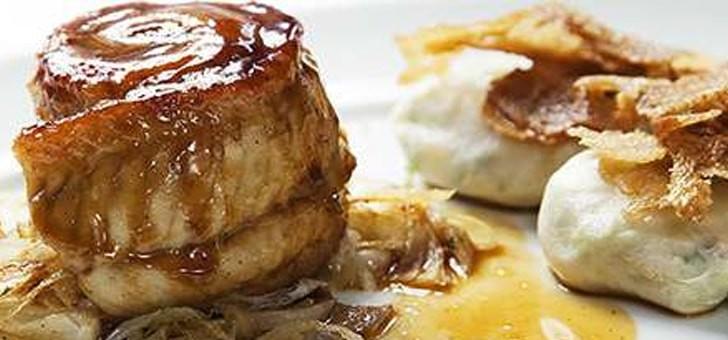 restaurant-au-vieux-couvent-a-rhinau-cuisine-etoilee-michelin-avec-a-carte-des-plats-signatures-comme-oeuf-de-ferme-kientz-facon-florentine-pignons-de-pin-et-tomates-sechees-creme-au-parmesan-matelote-recuisinee-raviolis-quenelle-de-brochet-anguille-rotie