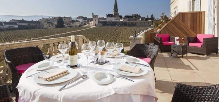 dejeuner-terrasse-avec-vue-sur-vignes