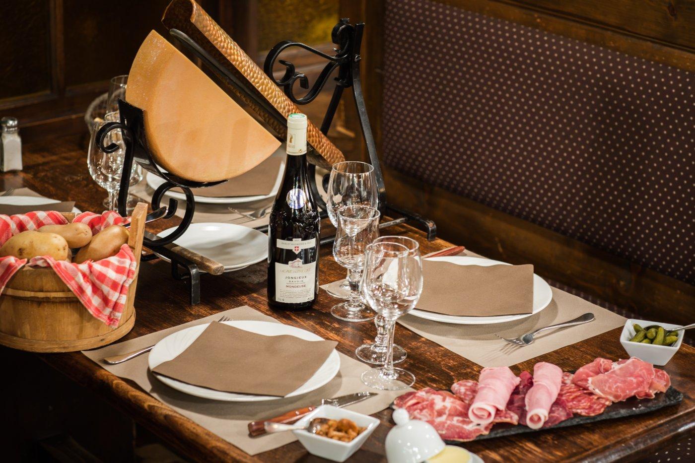 etale-a-morzine-une-adresse-pour-essayer-accord-parfait-entre-fromages-charcuteries-et-vins