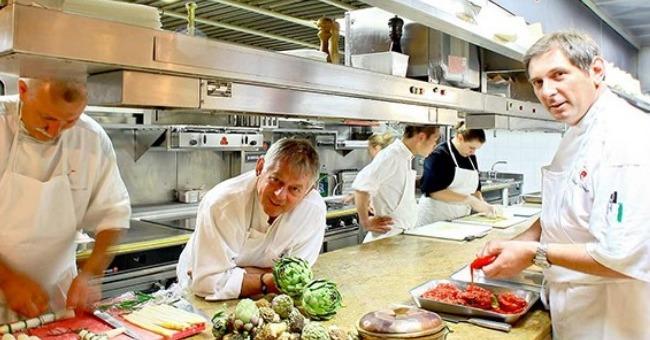 passion-du-metier-aidant-accentuee-desir-d-aller-loin-dans-etudes-hotelieres-stephane-et-mathieu-issus-de-5e-generation-ont-repris-renes-bel-heritage-gastronomique-familial-continuer-aventure