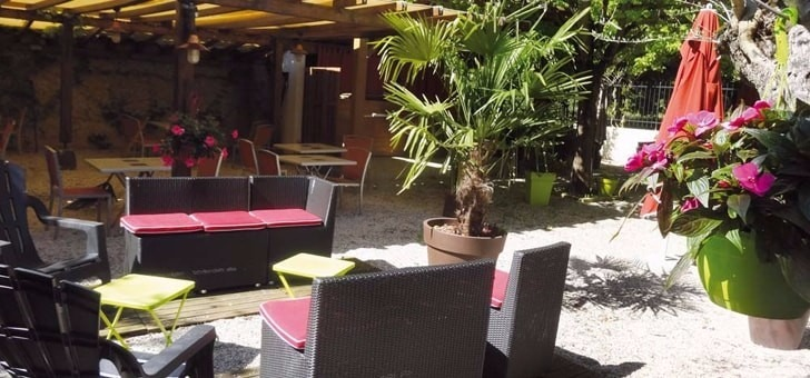 dejeuner-terrasse-jardin-restaurant-le-jardin-gourmand-a-amberieux