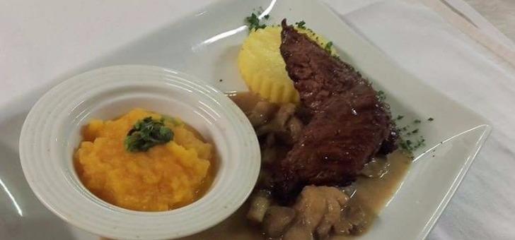 cuisine-familiale-au-restaurant-rabutin-a-bussy-grand-avec-a-carte-boeuf-bourguignon-coq-au-vin
