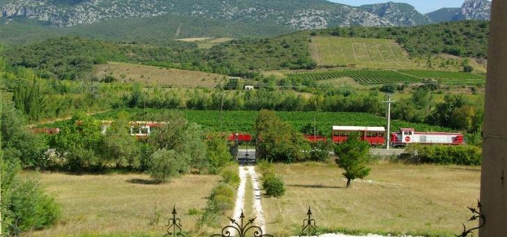 chateau-de-peyralade-situe-roussillon-emblematique-vignoble-des-grands-vins-doux-naturels-maury-banyuls-rivesaltes-jouxte-egalement-de-limoux-siege-historique-des-premiers-vins-effervescents-cremant-blanquette-methode-ancestrale