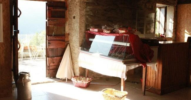 ambiance-entree-du-restaurant-ferme-basque-a-cauterets