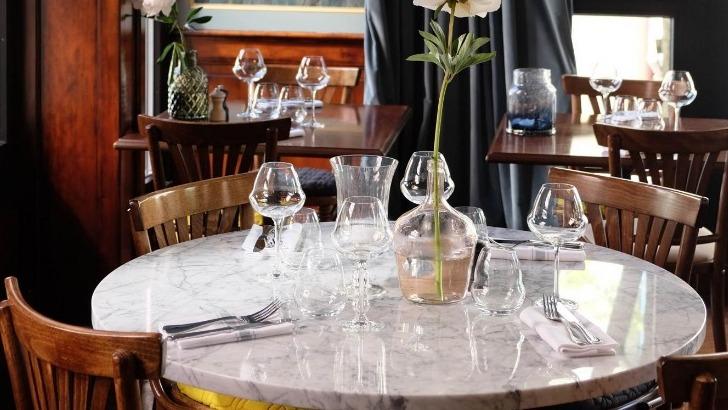 restaurant-philosophes-mobiliers-marbre-cuivre-et-bois-incombent-un-style-sobre-et-intemporel-a-salle