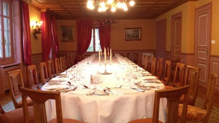 restaurant-perle-du-lac-a-lausanne-des-tables-parees-de-belles-nappes-invitent-a-un-voyage-culinaire