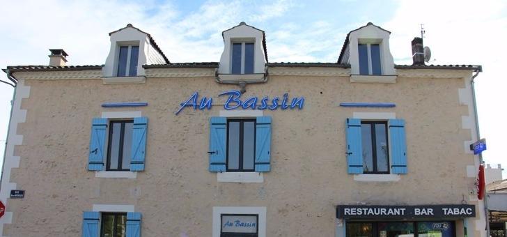 facade-et-entree-du-restaurant-au-bassin-sur-perigueux-cuisine-bistro-repas-conviviaux-famille-entre-amis-pour-des-reunions-d-entreprise