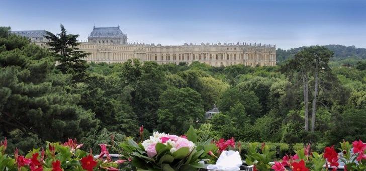 terrasse-du-restaurant-trianon-palace-avec-vue-sur-parc-du-chateau-de-versailles
