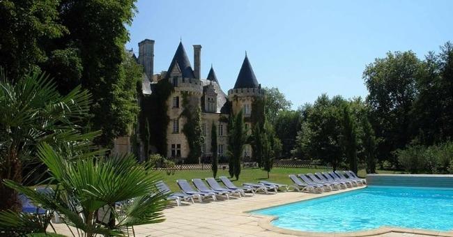 brasserie-du-chateau-golf-des-sept-tours-a-pris-possession-de-ancienne-chapelle-reformee-domaine-face-a-piscine