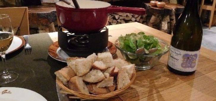 une-assiette-de-salade-accompagnee-d-un-bon-vin-blanc