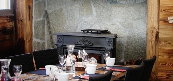ambiance-chalet-et-montagne-pour-restaurant-cafe-soleil-a-saint-chaffrey-situe-sur-station-de-ski-de-serre-chevalier-vallee