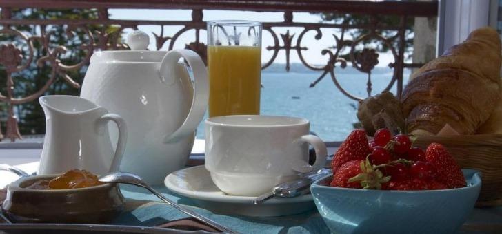 hotel-belle-vue-un-petit-dejeuner-servi-dans-chambre-au-restaurant