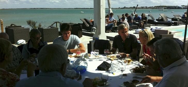 vue-sur-mer-et-dejeuner-terrasse-au-restaurant-maison-sur-eau-a-barbatre-sur-ile-de-noirmoutier