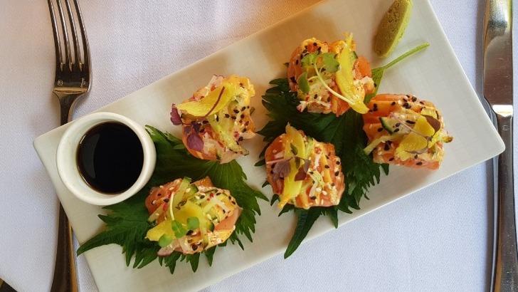 restaurant-u-a-paris-degustez-meilleures-des-saveurs-francaises-et-thailandaises-ici-un-delicieux-carpaccio-de-saumon-aux-agrumes