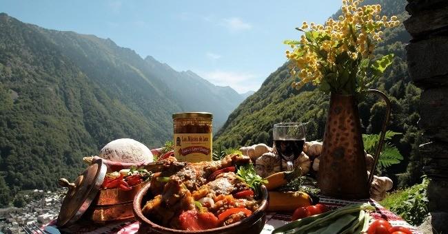 terrasse-du-restaurant-ferme-basque-a-cauterets-avec-vue-sur-montagne