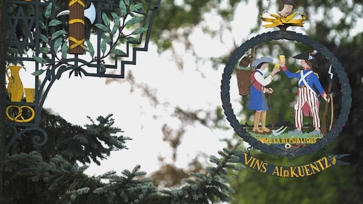 embleme-de-maison-a-ete-concue-par-celebre-artiste-j-j-waltz